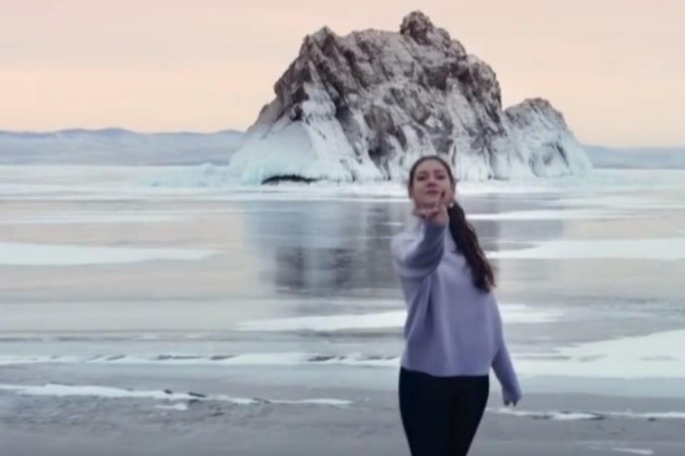 -20 градусов, ветерок и застывшие мышцы: фигуристка из Петербурга приехала на Байкал, чтобы станцевать на льду. Скрин с видео.