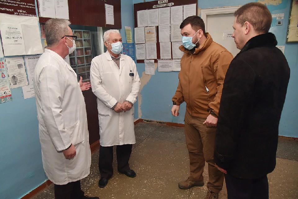 Медики говорят, что желающих вакцинироваться сейчас очень много, а ехать в другие районы за прививкой жителям далеко и неудобно. Фото: denis-pushilin.ru