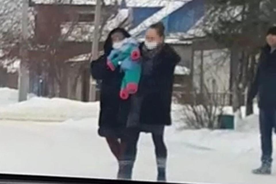 Малыша забрали у мамы в декабре прошлого года. Фото: скриншот из видео.