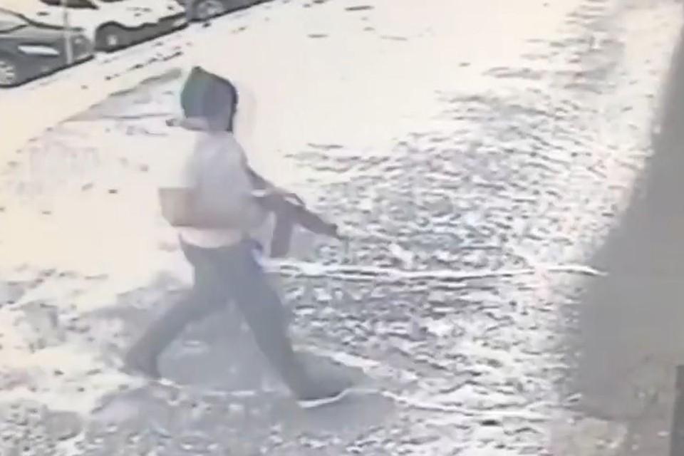 Мужчину с автоматом, вбегающего в спортзал, сняла видеокамера. Фото: стоп-кадр