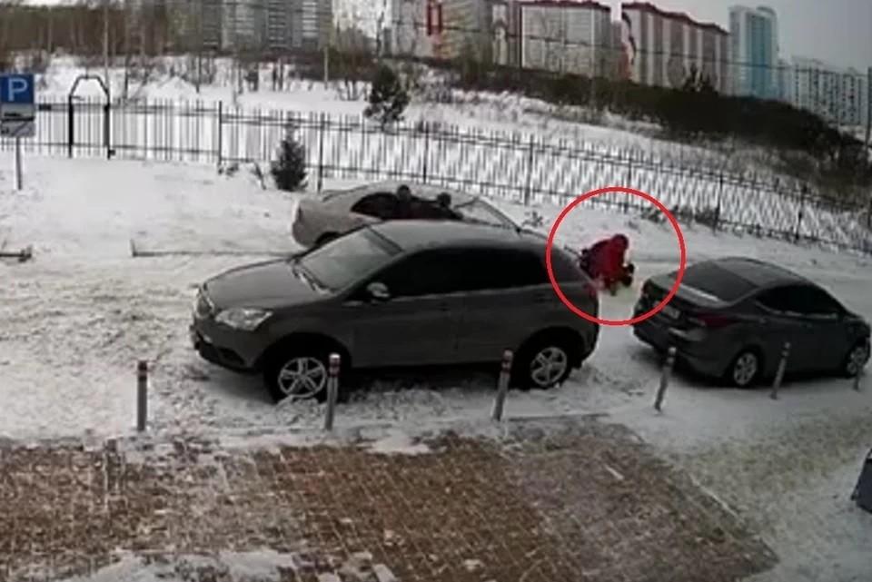 Муж вступился за женщину, которую сбили на парковке возле дома. Фото: стоп-кадр.