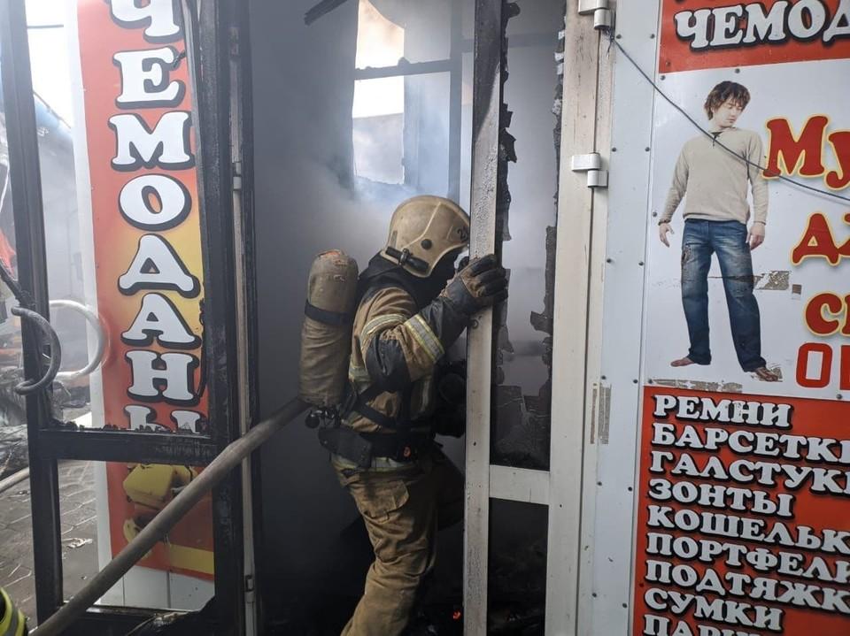 На Качинском рынке огнем охвачены сразу несколько торговых павильонов.