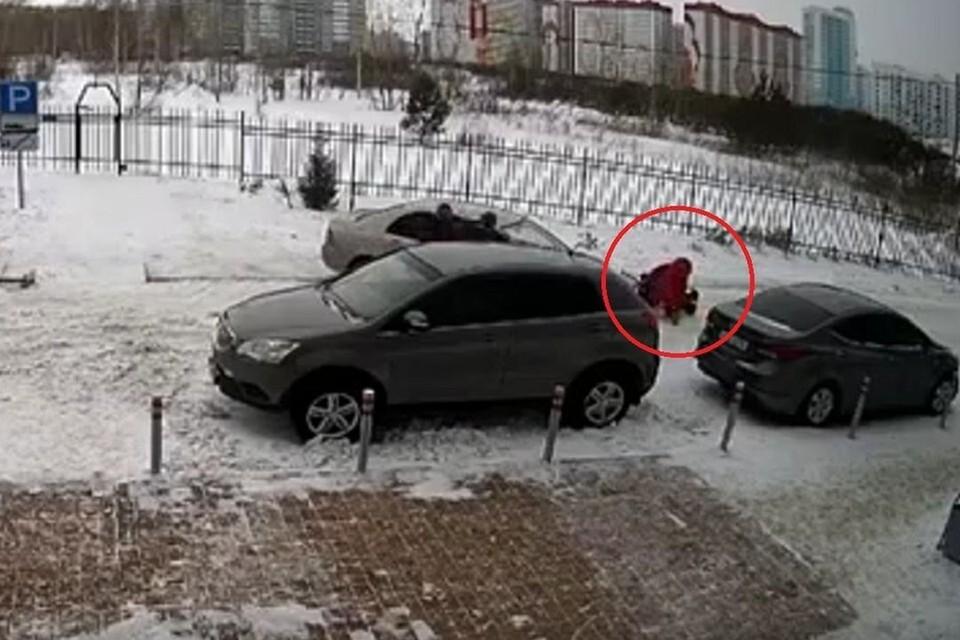Курьер сбил маму с годовалой малышкой в санках из-за замечания о парковке. Фото: стоп-кадр