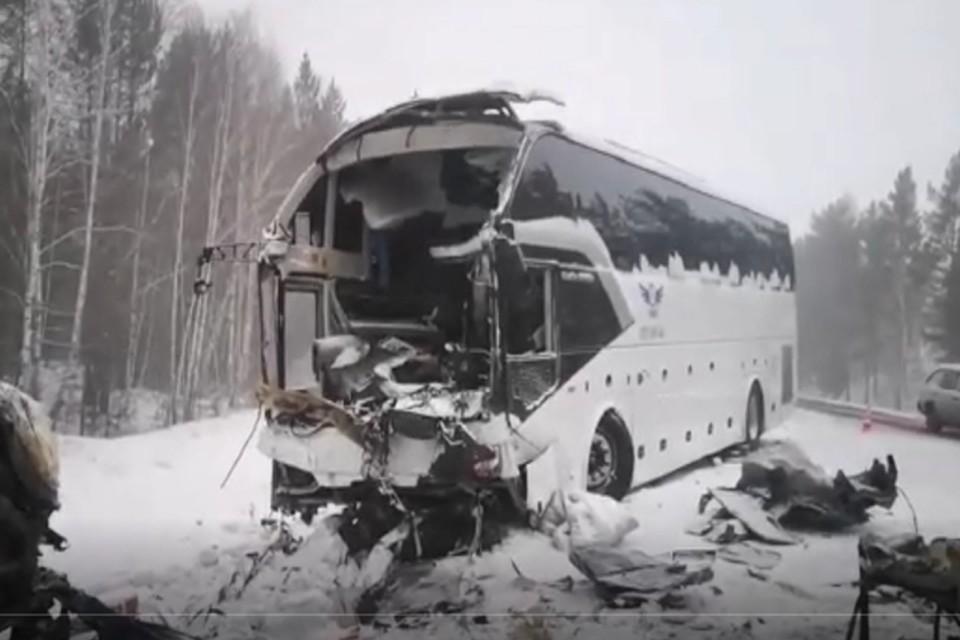 Число погибших в ДТП с автобусом и Тойотой под Братском, выросло до пяти