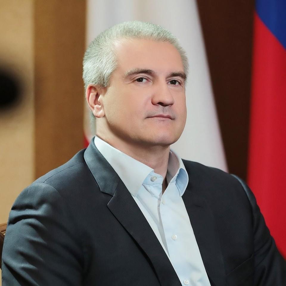 Глава Крыма уверен, что власти и учителя должны прививать молодежи патриотизм. Фото: личная страница Аксенова/Facebook