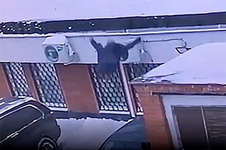 Момент падения школьницы засняли видеокамеры.