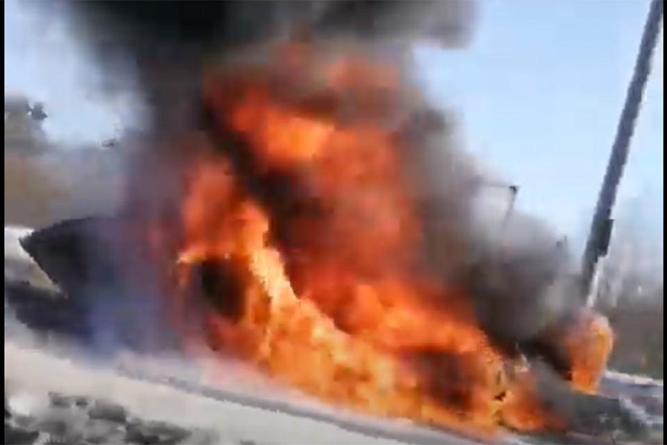 """Погрузчик Амкодор загорелся на ходу. Фото: кадр из видео, """"Гродненская правда""""."""