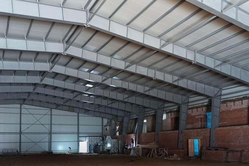 Полностью установили сэндвич-панели основной арены, продолжаются внутренние работы.