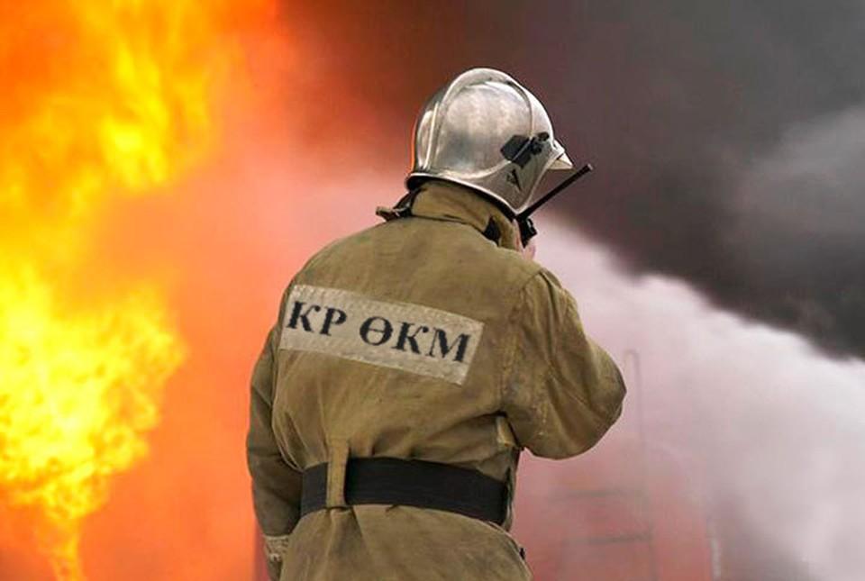 Пожар тушат четыре пожарных расчета.