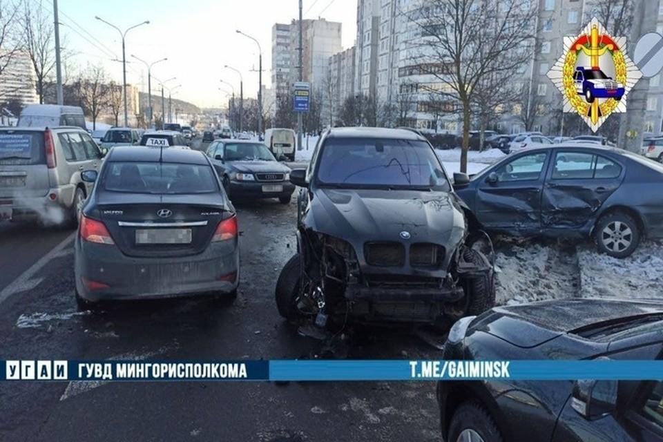 В Минске на Гинтовта водитель «БМВ» нарушил правила обгона и протаранил три авто. Фото: телеграм-канал УГАИ ГУВД Мингорисполкома