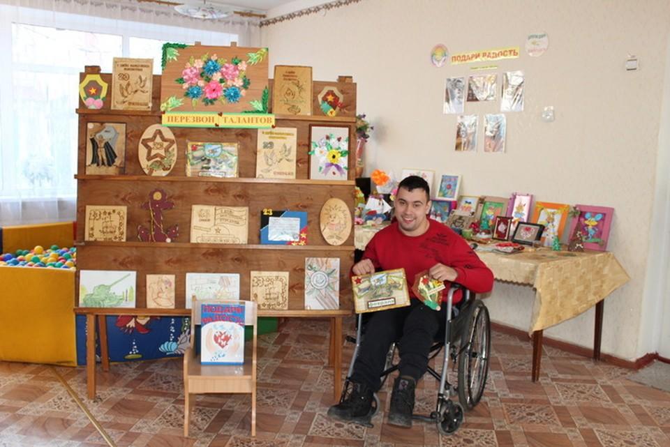 Воспитанник Антон Старавойтов показал открытки, которые ребята передали бойцам на передовую к 23 февраля
