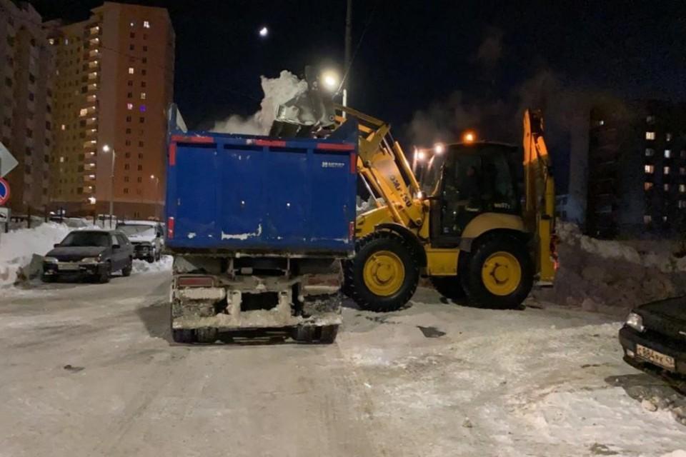 Уборка снега начинается ежедневно с 20.00 и продолжается до поздней ночи. Фото: admkirov.ru