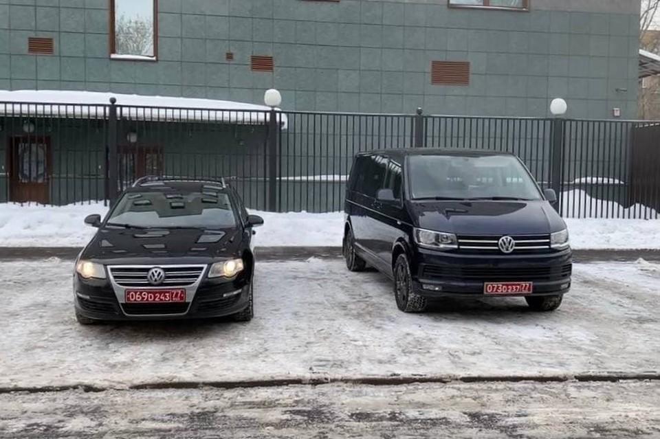 Машины иностранных дипломатов разрешили оставить у здания суда