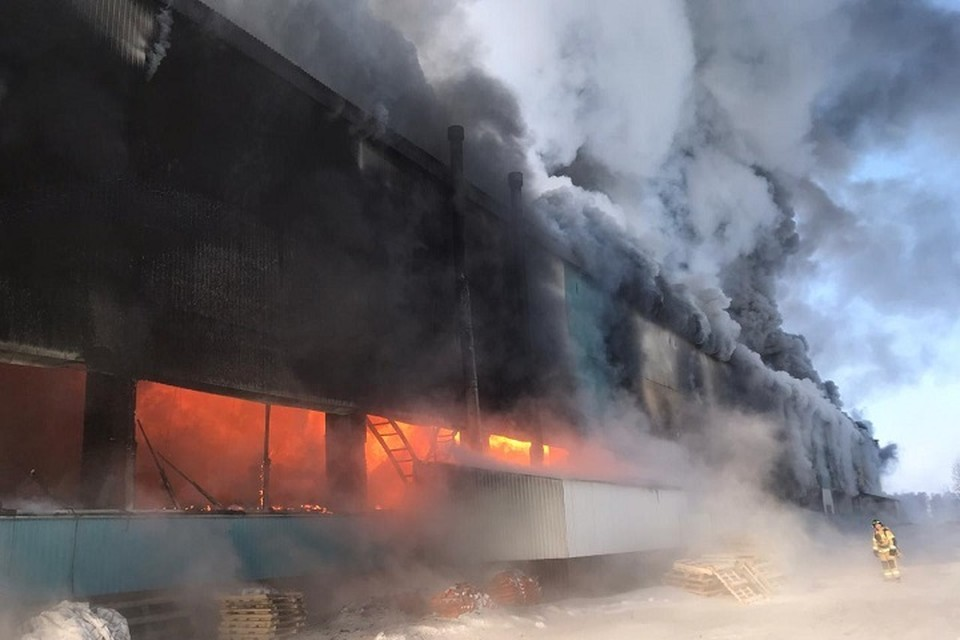 В Нижнекамском районе производственный цех загорелся на площади 1,5 тысячи квадратных метров