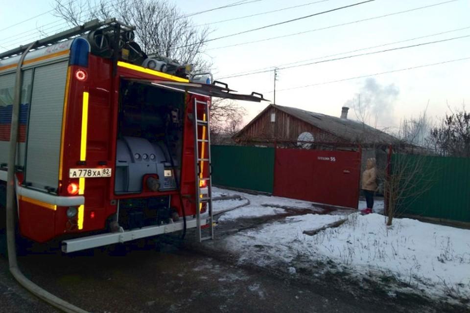Из горящего дома вывели 80-летнюю женщину. Фото: ГУ МЧС по РК