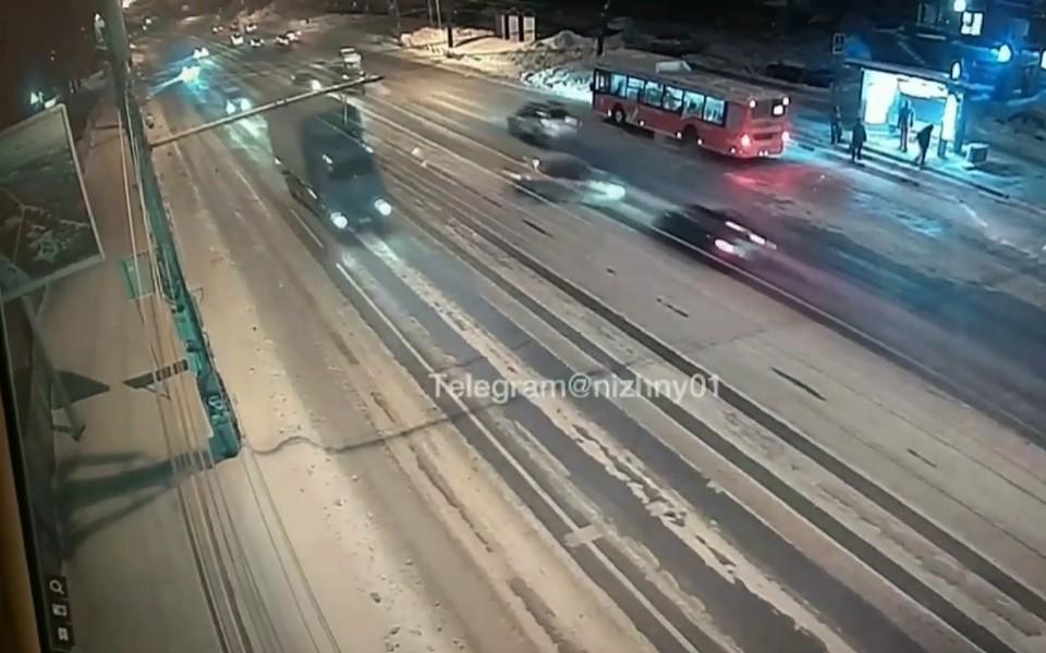 """Момент столкновения машин на проспекте Гагарина попал на видео. ФОТО: """"Нижний №1"""""""