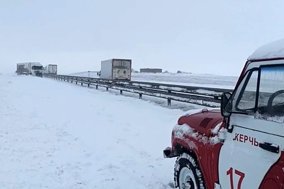 19 февраля из-за снегопада и плохой видимости на полсуток, с 6 утра и до вечера, перекрыли движение автомобилей по Крымскому мосту. Фото: МЧС России/ТАСС