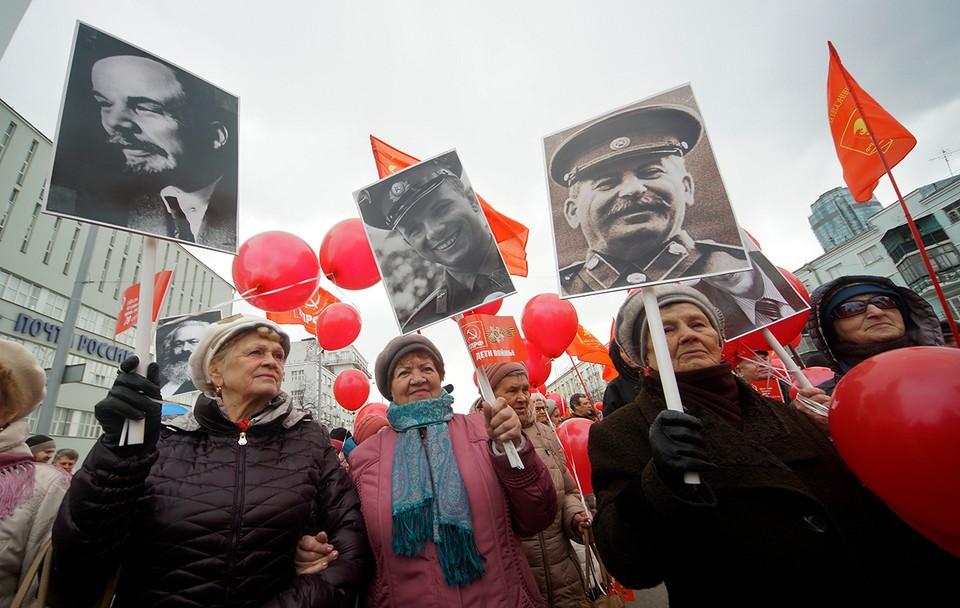 Среди современных леваков - ностальгирующие дяденьки и тетеньки, бабушки и дедушки, скучающие по волшебному СССР своего детства и юности, где были мороженое, пионерский галстук, Гагарин...
