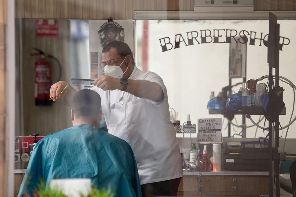 Немецкий парикмахер продал право первой стрижки за 422 евро после трех месяцев карантина.