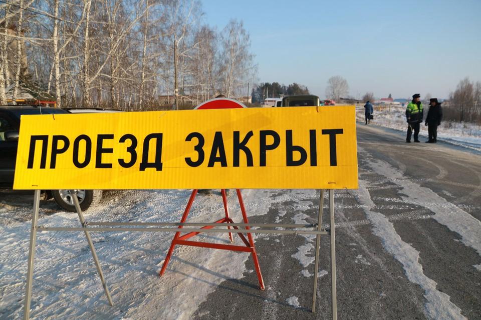Сейчас рабочие монтируют знаки.