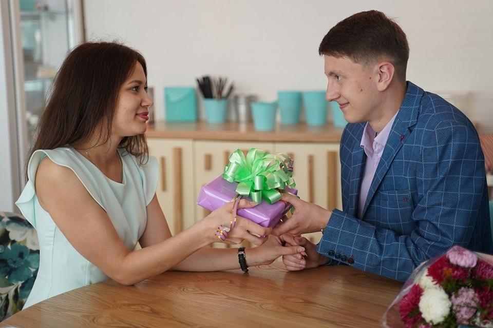 Для многих мужчин подарок от девушек к 23 февраля остается загадкой вплоть до наступления праздника.