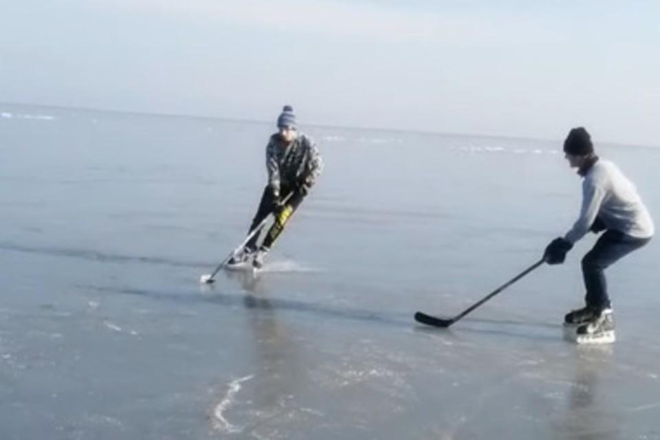 Юные хоккеисты успели провести тренировку на замерзшем море. Фото: Скриншот видео YouTube-канал УХЛ