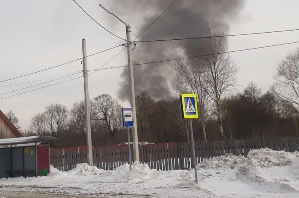 """В брянском поселке Большое Полпино днем, 23 февраля, случился пожар. Фото: """"Типичный Брянск""""."""