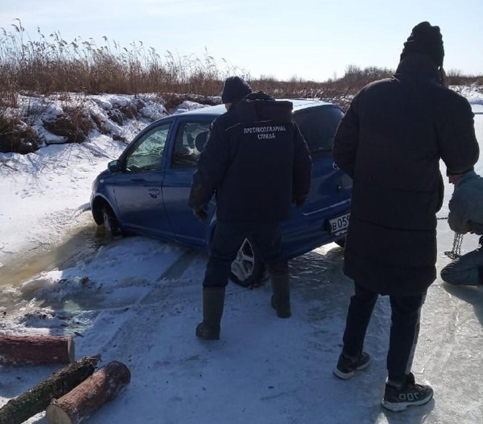 Авто достали с помощью лебедки. Фото: Амурский центр ГЗ и ПБ