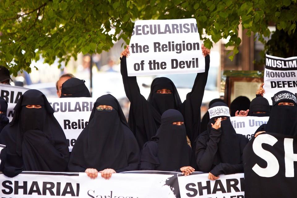 Демонстрация против запрета ношения паранджи.