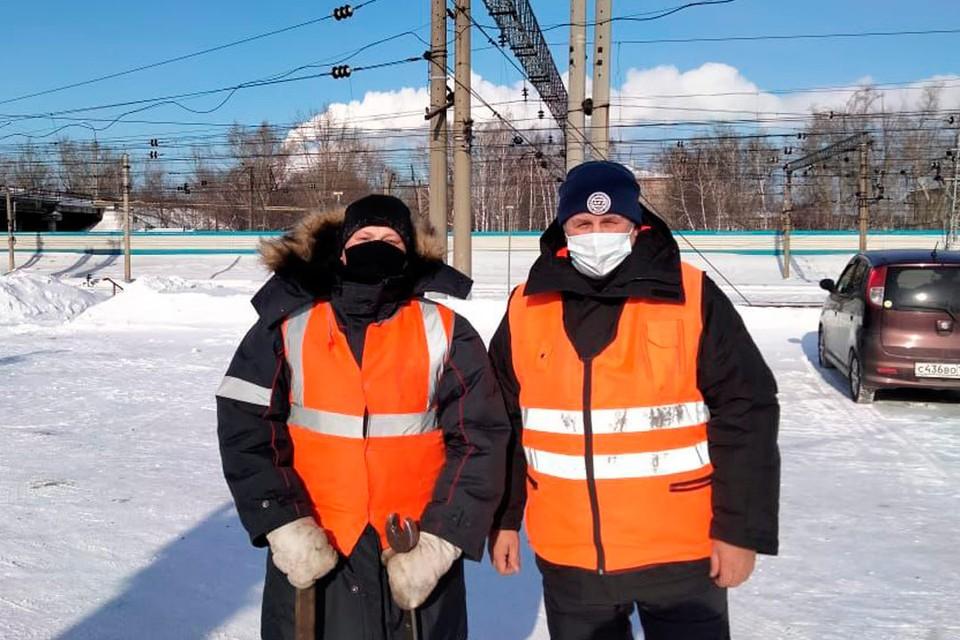 Трудовые будни. Андрей Мезенцев - справа. Фото: личный архив.