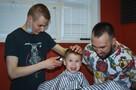 «Я уже подстриг 10 человек!»: подросток с аутизмом учится на барбера