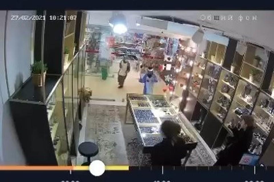 Дети забежали с молотком и разбили витрину