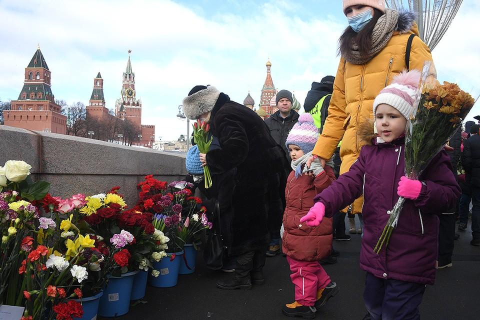 Акция памяти убитого в 2015 году оппозиционного политика Бориса Немцова прошла на Большом Москворецком мосту