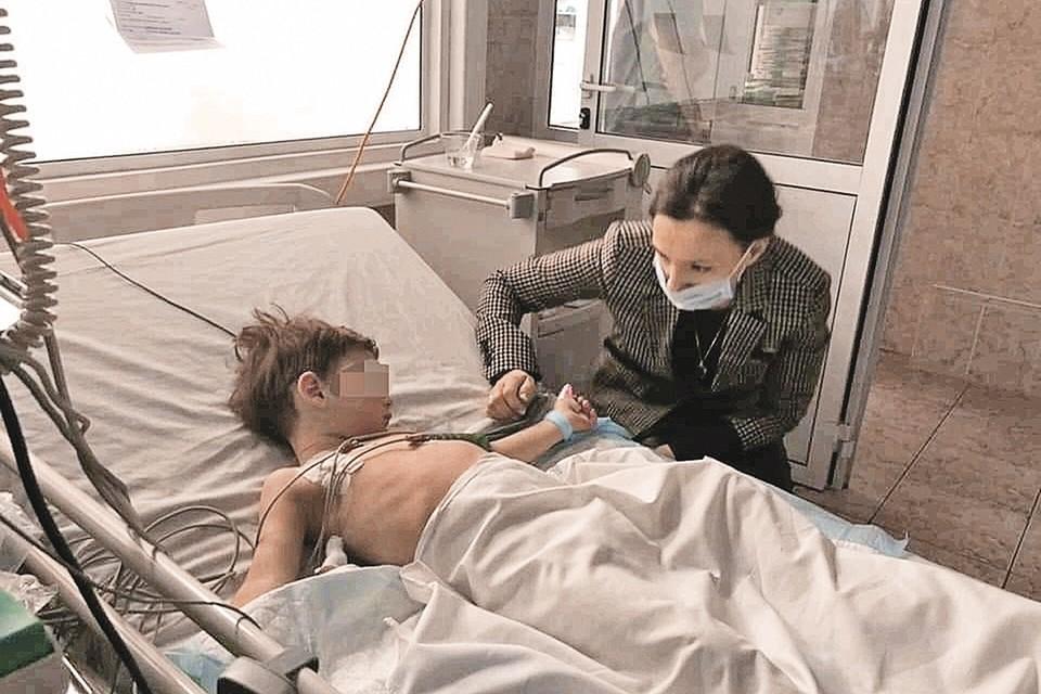 В больнице, куда привезли детей, их навестила уполномоченный по правам ребенка Анна Кузнецова. Фото: Пресс-служба уполномоченного по правам ребенка