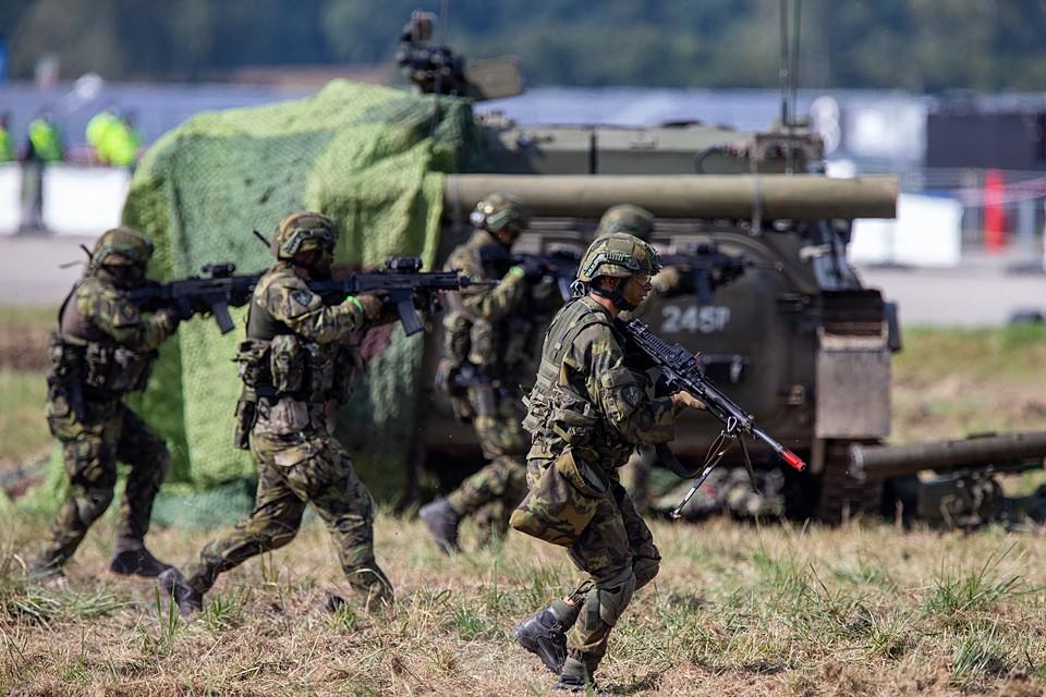 мощные военные формирования НАТО напирают на наши западные границы