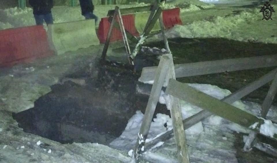 СК начал проверку после падения девушки в яму с кипятком в Дзержинске.