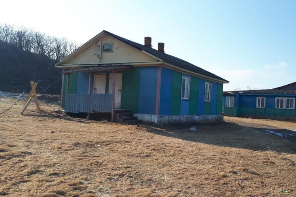 На острове Рейнеке после ледяного дождя подача электричества в дома была сделана по временной схеме. Фото: сайт vlc.ru