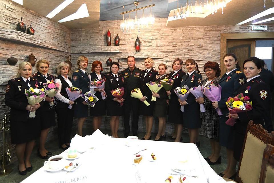 Виктора Золотова в преддверии Международного женского дня провел торжественное награждение военнослужащих и сотрудниц Росгвардии