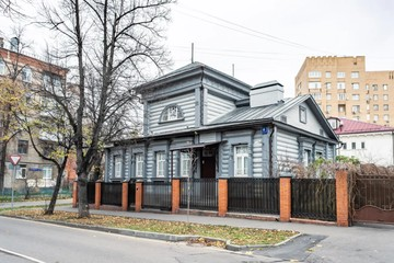 В Москве через аукционный дом «Сотбис» продают один из красивейших деревянных особняков