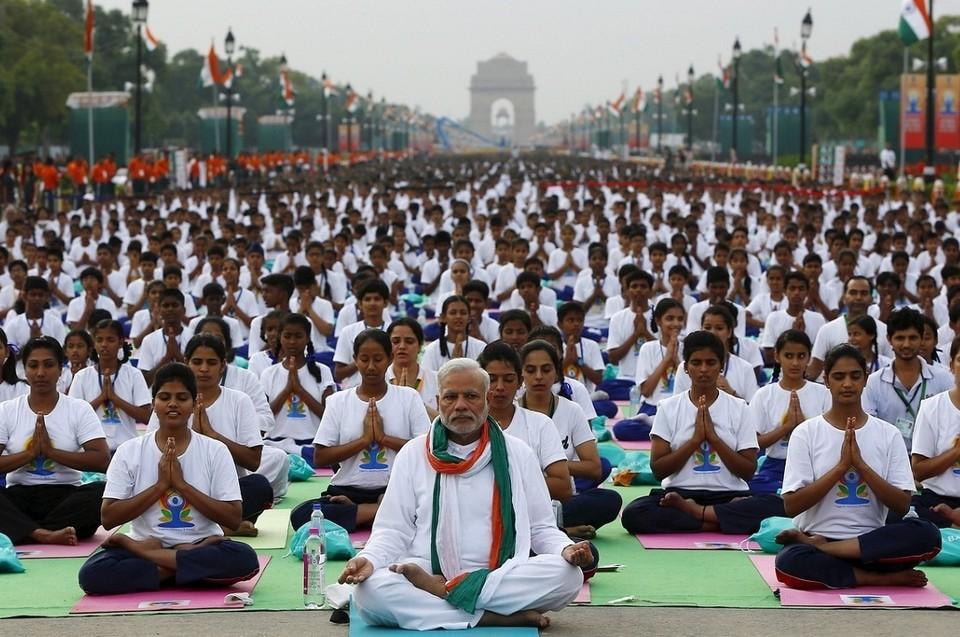 Премьер министр Индии Нарендра Моди (он посередине) пять лет назад инициировал День йоги. В стране есть целое министерство, которое популяризует йогу Фото: Reuters