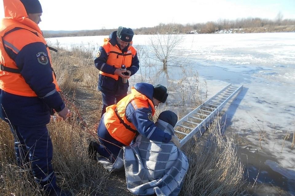 Рыбаков вытащили из ледяной воды спасатели