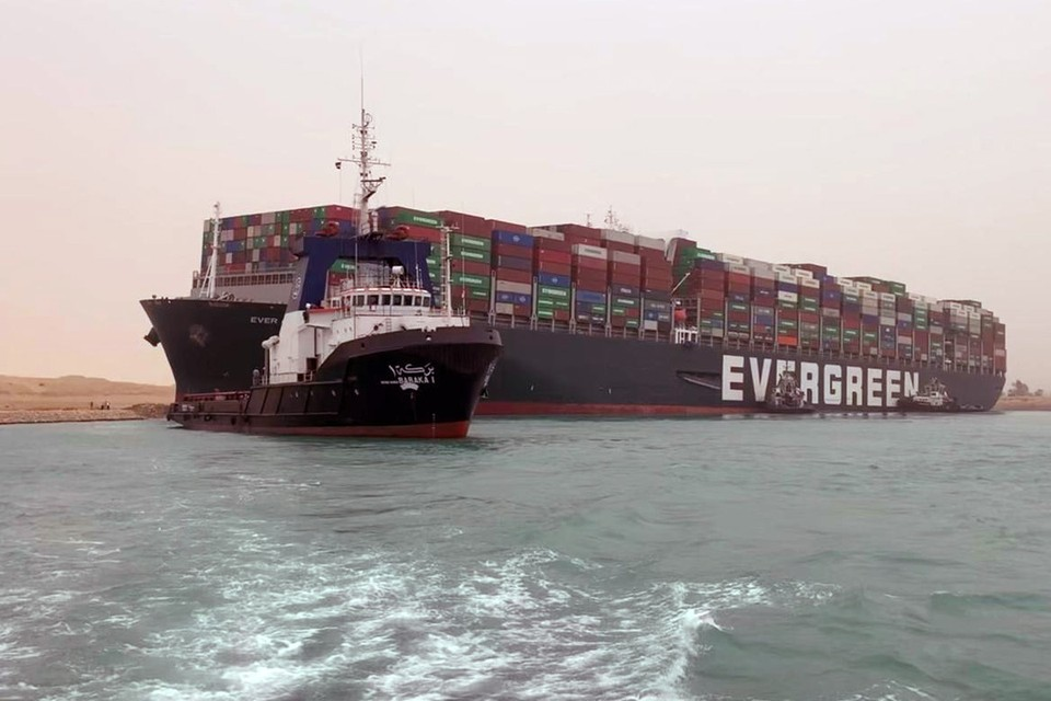 Гигантский контейнер «Ever Given» устроил пробку в Суэцком канале, сев на мель.