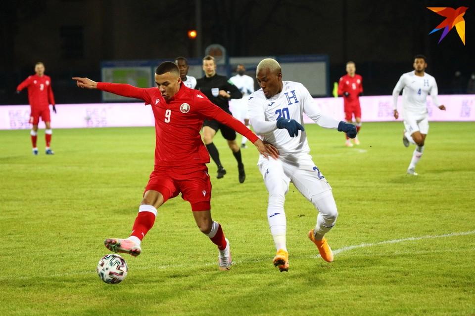 По этому фото и не скажешь, что играют сборные Беларуси и Гондураса: Макс Эбонг (слева) и Дейби Флорес.
