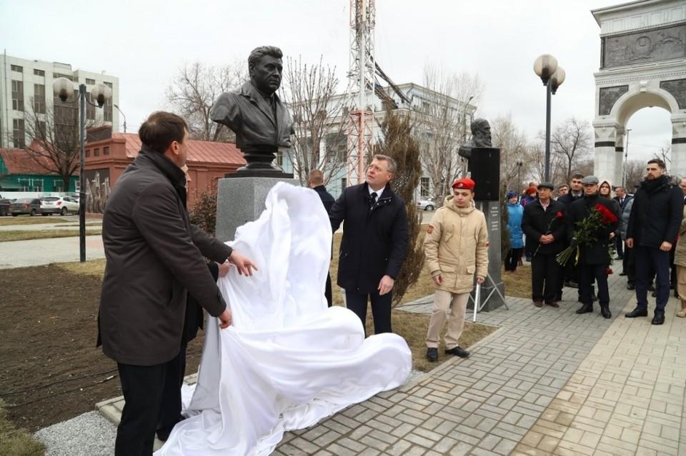 Бюст расположен на аллее пр. Губернатора Анатолия Гужвина
