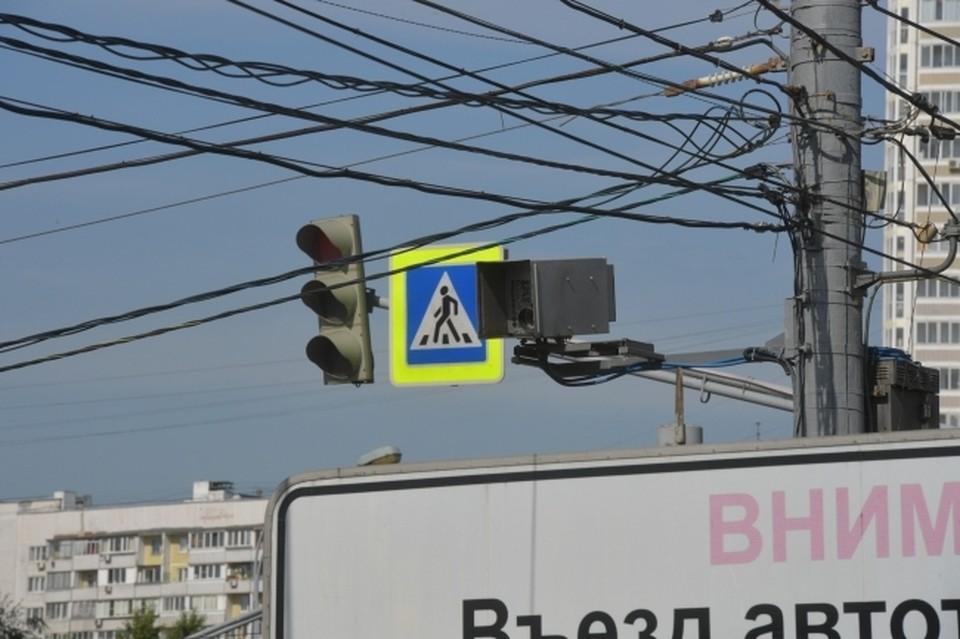 В Краснодаре на пересечении улиц Карасунской и Красноармейской полностью обновят 8 светофоров для пешеходов и 4 - для автомобилистов