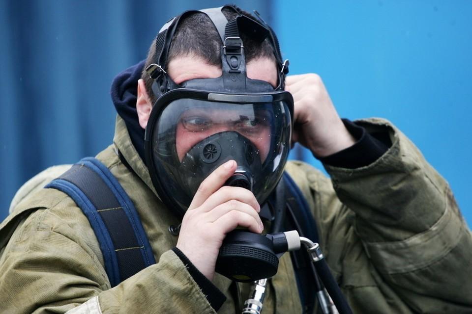 Шесть человек спасли пожарные при возгорании многоэтажки в Новокузнецке. Фото: МЧС Кузбасса