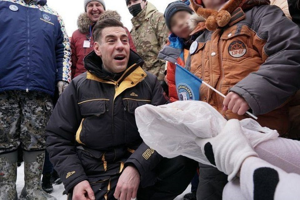 Дмитрий Дюжев на Байкале учился подледной рыбалке, стрелял из лука и пел песни. Фото: infpol.ru