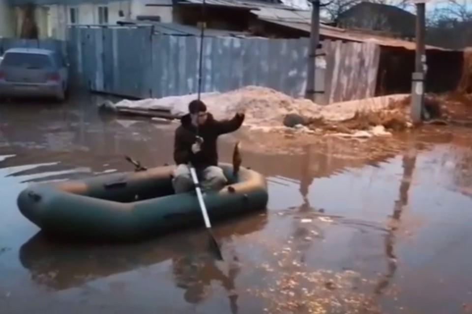 Челябинцы шутят, что у них на улице можно поймать рыбу. Фото: кадр с видео
