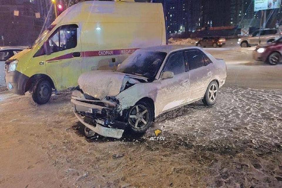 """Девушка разбила голову в ДТП в Новосибирске. Фото: """"АСТ - 54""""."""