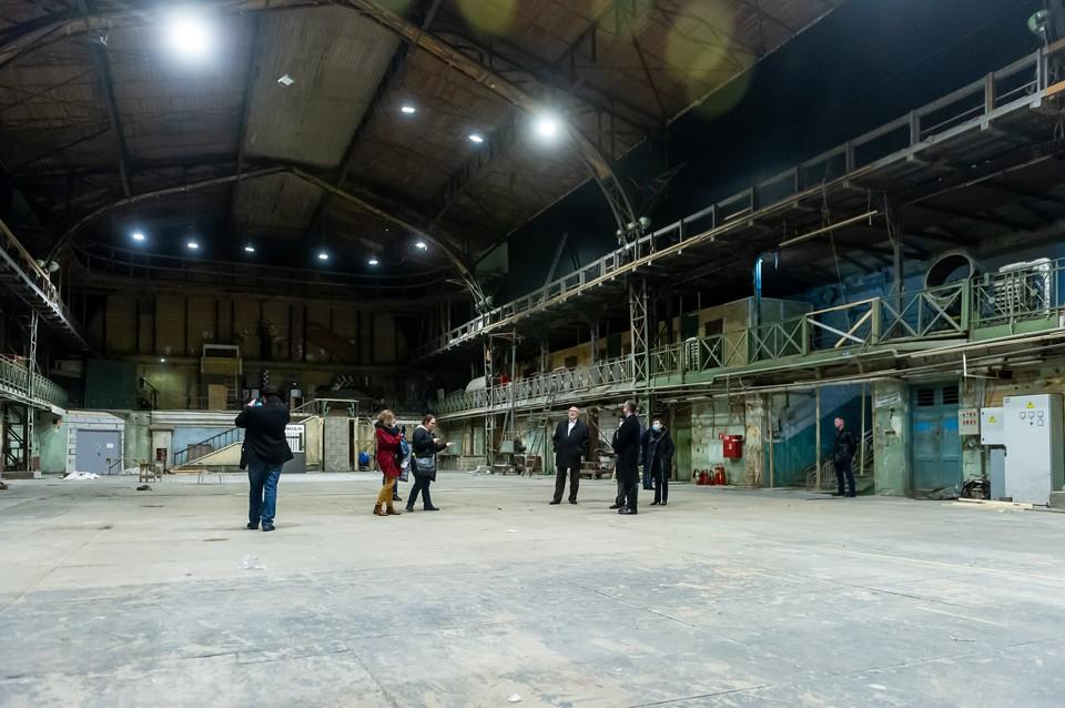 Пятый павильон - самый большой на киностудии «Ленфильм». В последние годы он служит в основном площадкой для проведения разнообразных выставок и фестивалей.
